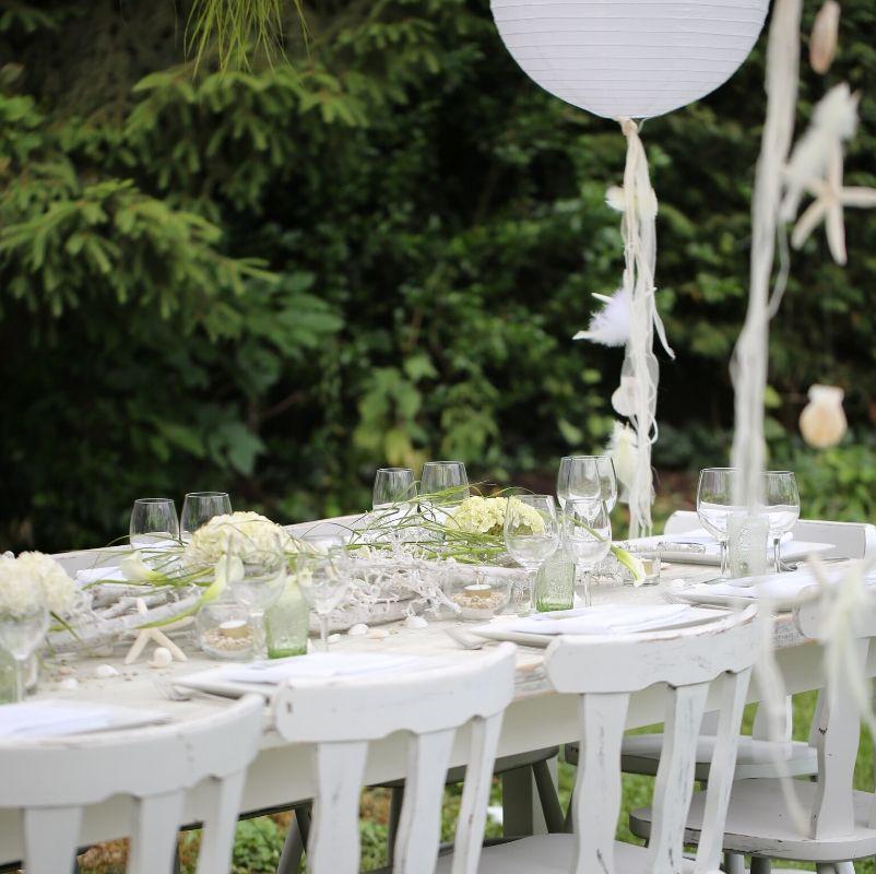 dekoracje drewnianego stołu